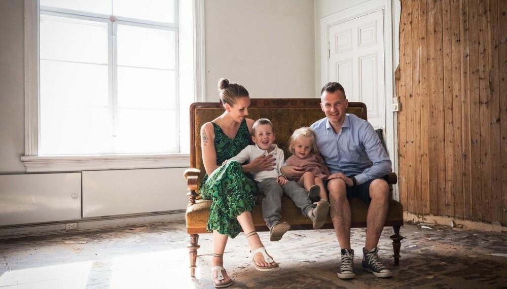 STOR JOBB FORAN SEG: Familien avbildet i allrommet før rehabiliteringen.