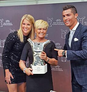 <b>ADA OG RONALDO:</b> Ikke i sine villeste <br>fantasier hadde Gerd Stolsmo klart å forestille seg at minstejenta Ada skulle bli kåret til verdens beste kvinnelig fotballspiller. Her ved utdeling av Gullballen i 2018, i godt selskap med Cristiano Ronaldo.