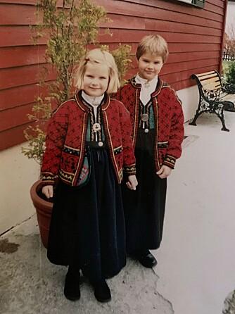 <b>BUNADSPIKENE:</b> Det var ikke ofte Gerd Stolsmo fikk på jentene sine kjoler. Ada (foran) og Andrine foretrakk treningsshorts og fotballsko.