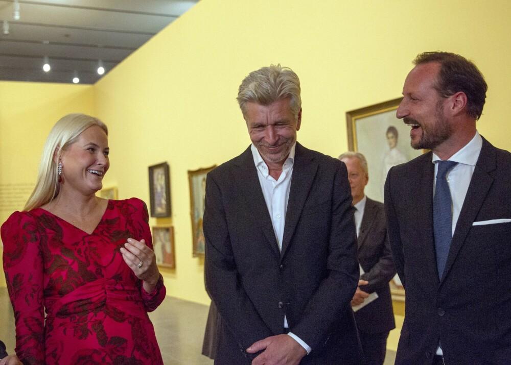 LATTERMILD: Kronprinsessen lo godt da hun ble spurt om hun ble starstruck av å møte Knausgård