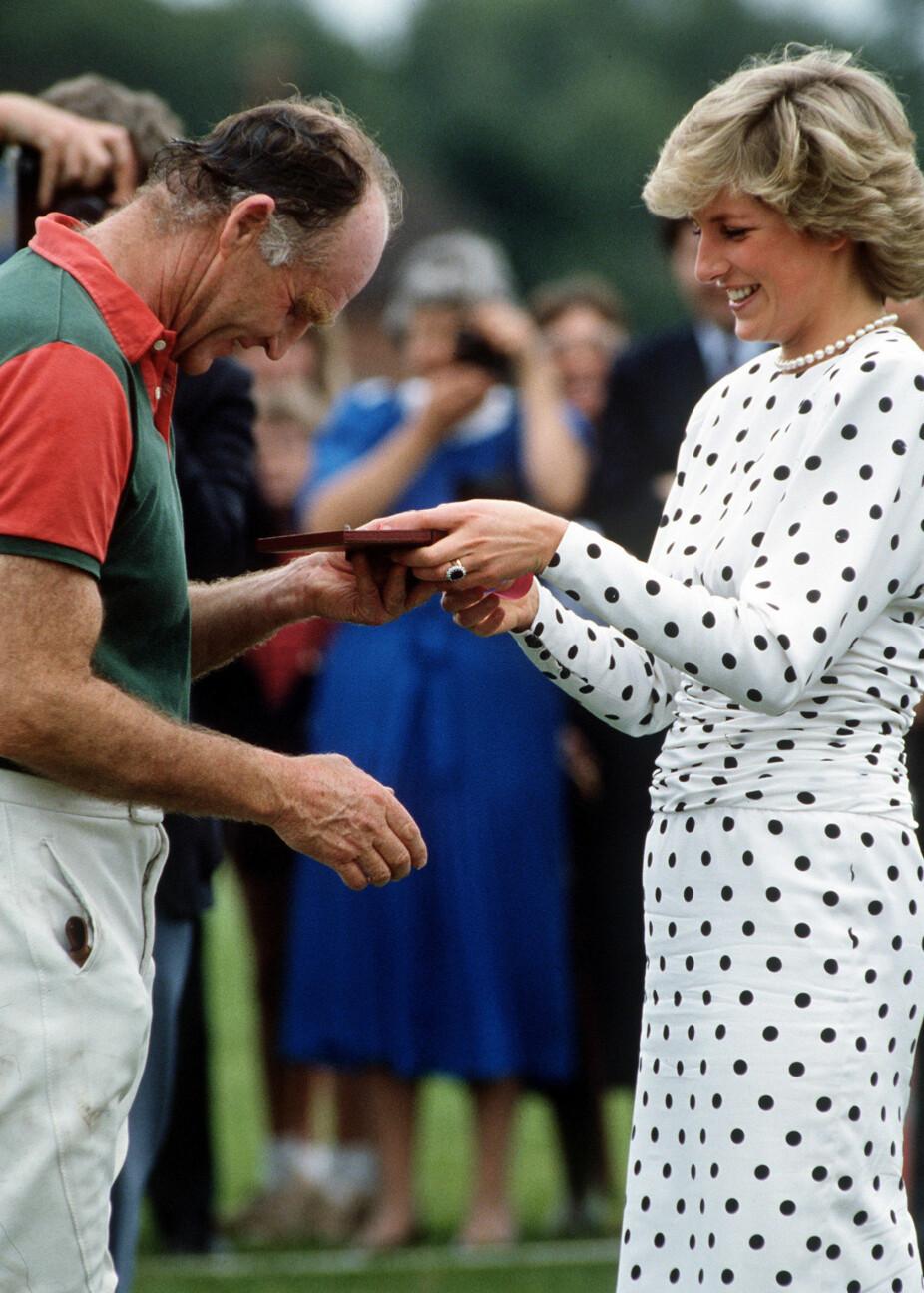 Overrekker pris tilSarah Fergusons far, Ronald Ferguson i1987