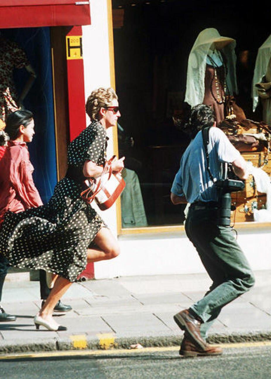 Rømmer fra paparazzier i London i 1994