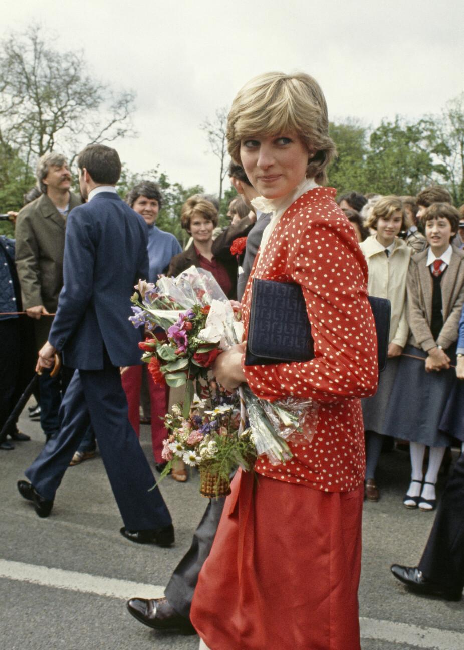 """Diana på sin første """"rundtur"""" i England med sin forlovede, prins Charles"""
