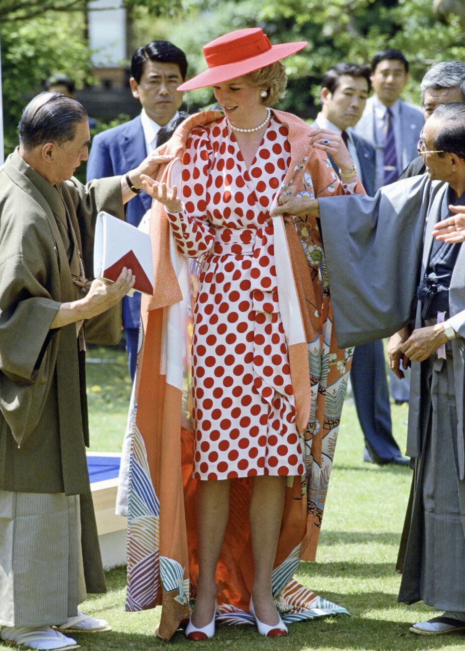 På reise i japan i 1986 får Diana en kimono i gave