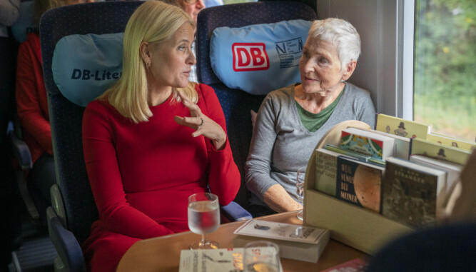 MØTER PŨTOGET: Kronprinsessen hadde en lang samtale med forfatter Herbjørg Wassmo på vei til Frankfurt.
