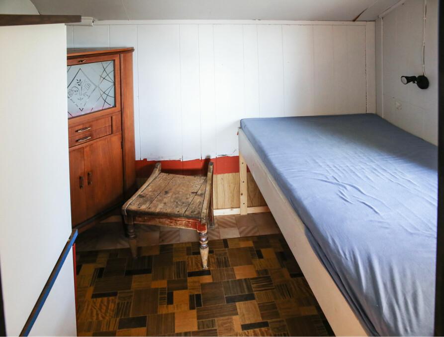 FØR: Snaue fire kvadratmeter og lavt under taket. En svært enkel seng, litt restemøbler og en god blanding av vinyl og panelplater. Men det var før.