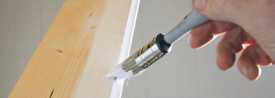 MALE: For å unngå krympestriper malte vi alle bordene på kanten før de ble montert.