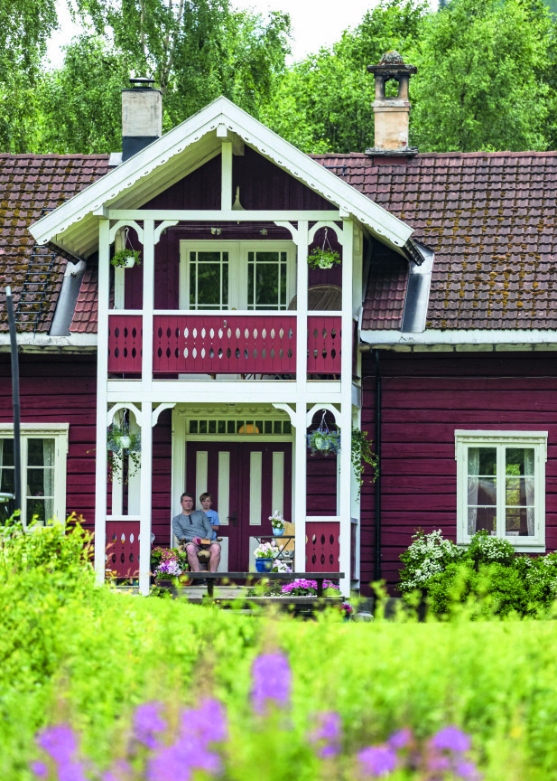 BARNDOMSHJEM: Øystein har bodd på gården siden han var åtte år og foreldrene tok over etter gammel-onkelen Nils som var ungkar. Sønnen Sigurd er femte generasjon.
