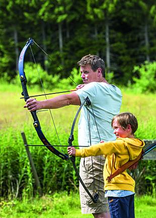 MORSOMMERE: Både Øystein og Sigurd likerå skyte med pil og bue,og begge foretrekker det framfor å klippe plenen.