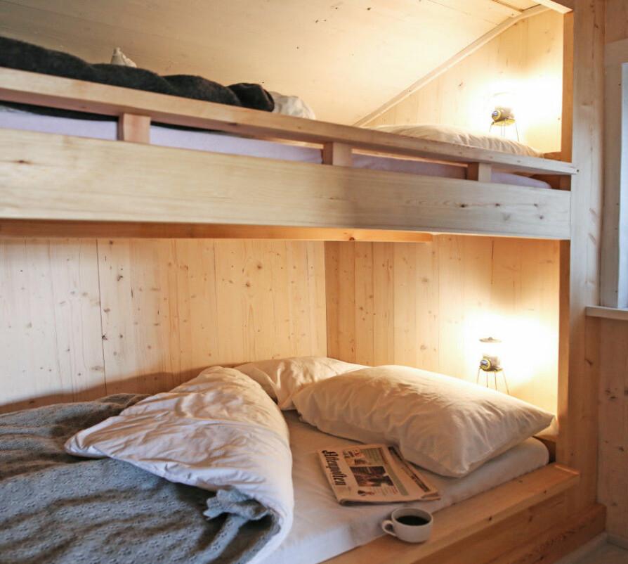 ETTER: Sengene gir plass til en liten familie på besøk. Litt trangt, men greit for en natt eller to.