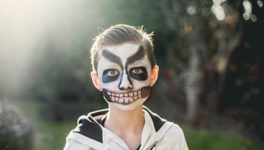 Søk på nettet for å få inspirasjon til skumle fjes som er lette å lage med ansiktsmaling.