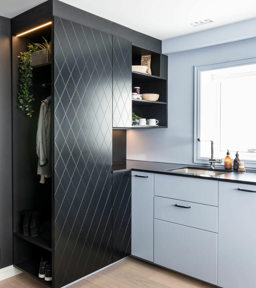 GARDEROBE: Den åpne garderoben er umiddelbart på venstre hånd når man kommer inn i hybelen, og glir rett over i kjøkkeninnredningen.