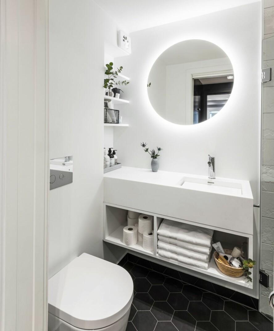 NYTT BAD: Fra det mørke transport- og oppbevaringsrommet kommer man inn i et lyst bad som er kompakt løst, med vegghengt toalett og plassbygde hyller.