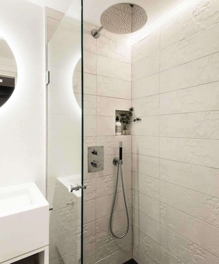 FLISER: Dusjhjørnet er kledd med flisene Bas Relief, som gjør at dusjsonen skiller seg subtilt fra resten av badet.