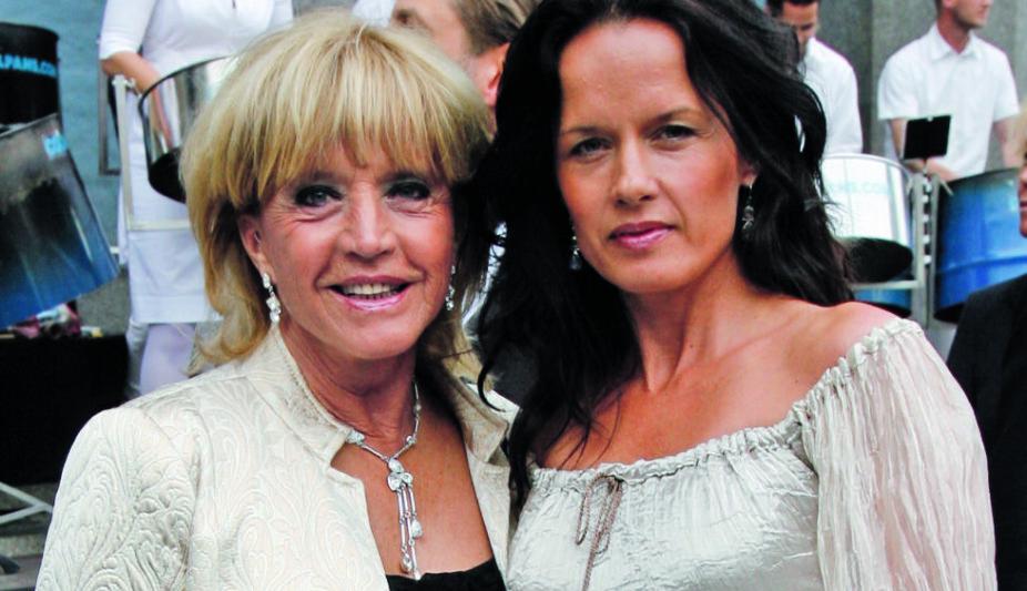 <b>VET INGENTING:</b> Halvannet år etter at Malin Berghagen (t.h.) mistet moren, vet hun fortsatt ikke om familien får beholde leiligheten.
