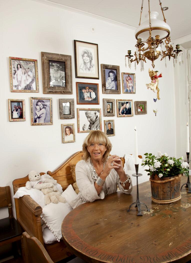 MINNEVEGG: Lill-Babs hadde en herlig vegg med minner fra et spennende liv.