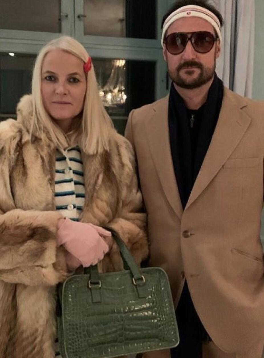 KULE KOPIER: Mette-Marit og Haakon overrasket stort på Halloween da de stilte i dette antrekket.