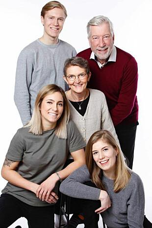 <b>FAMILIEN:</b> Sigbjørn Johnsen med familien samlet. Her med kona Helle og deres tre barn.