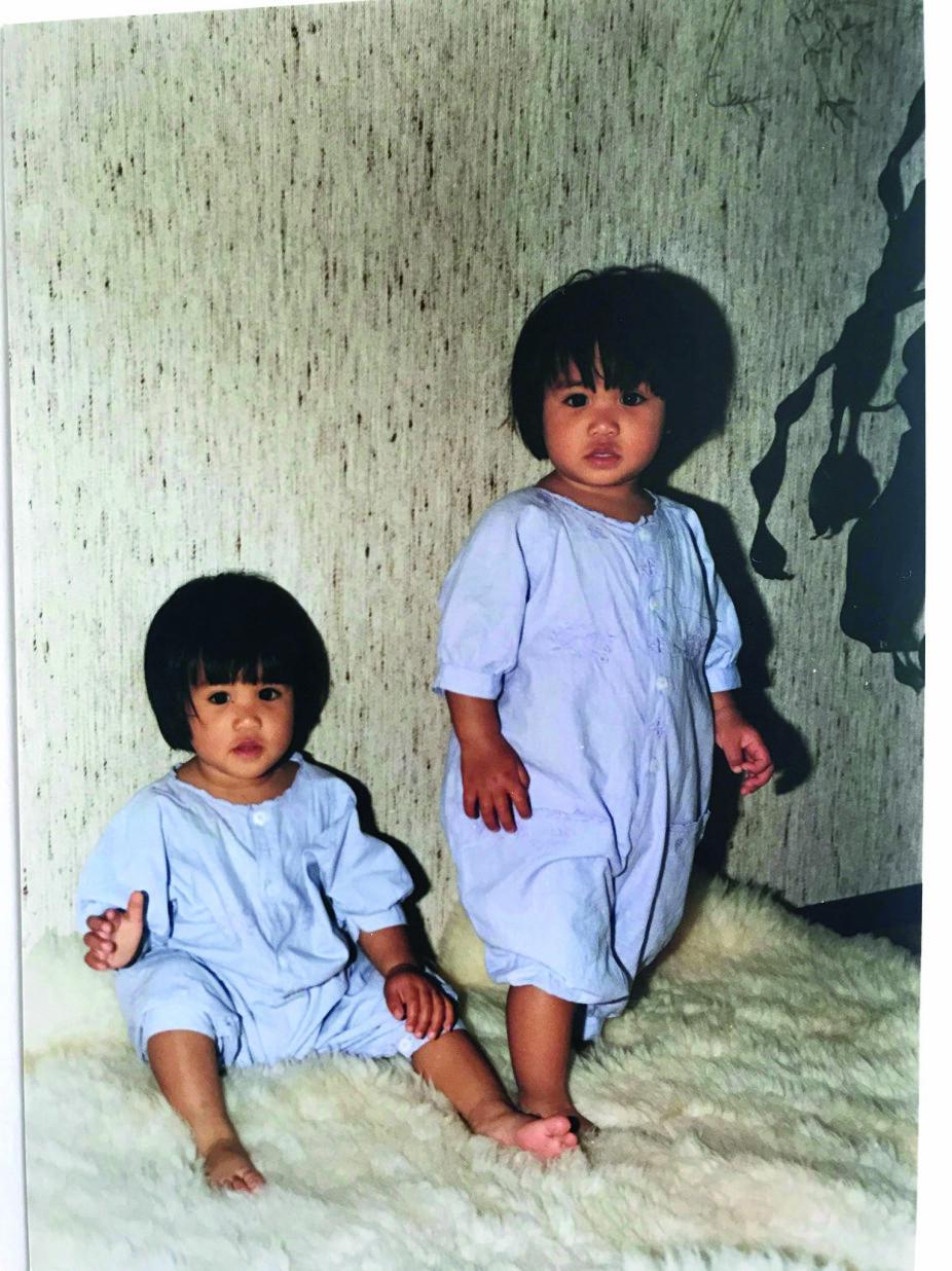 <b>SOM TO DRÅPER VANN:</b> De to søstrene er eneggede og har et helt spesielt bånd.
