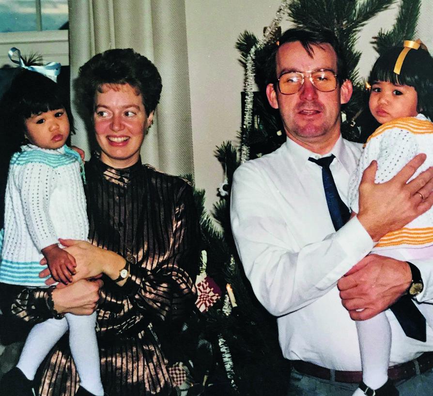 <b>FAMILIEKOS:</b> Her er jentene fotografert sammen med foreldrene en tid etter at de ble adoptert til Norge.