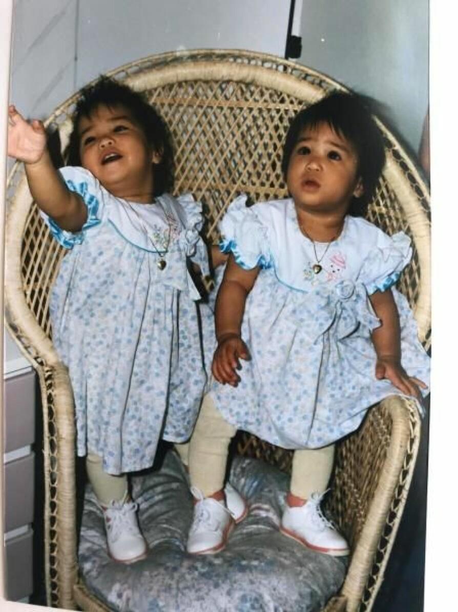 SKJØNNE: Se på disse to søte tvillingene i samme kjole.