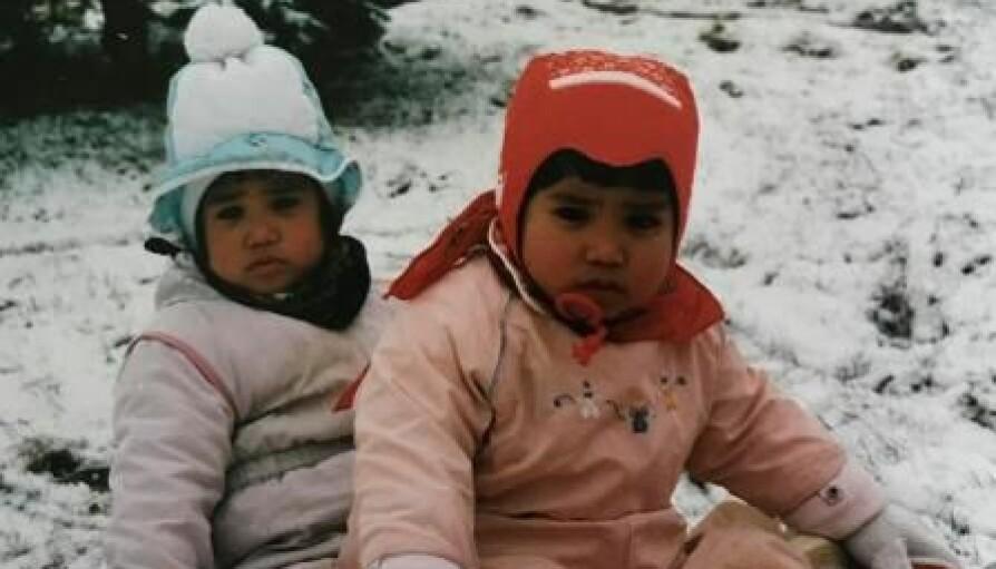 VINTERPRINSESSER: Her koser Berit og Kirsti seg i snøen.