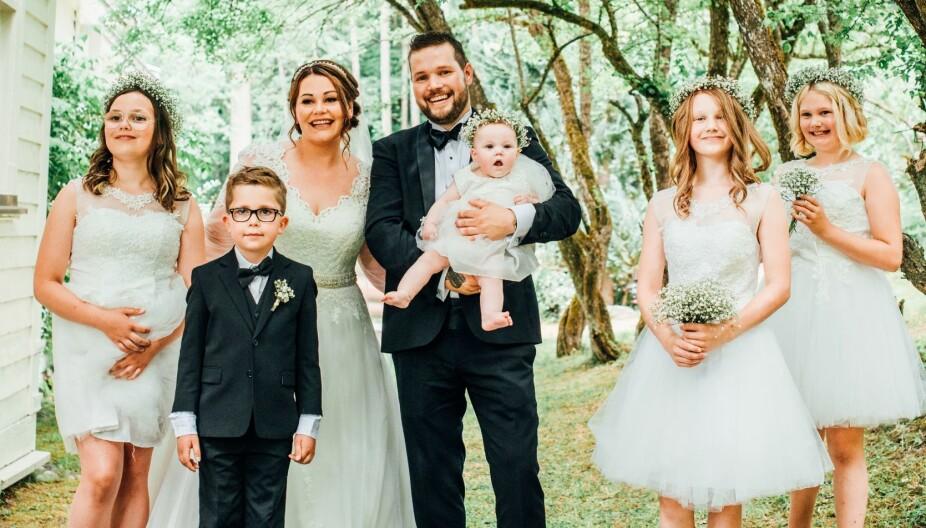 BRYLLUPSDAGEN: Hele familien samlet til fest for kjærligheten og gjenforeningen.