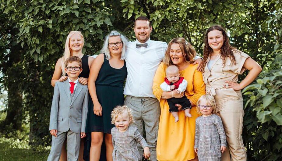 <b>FAMILIE PÅ NI:</b> Hele gjengen samlet på ett brett! Bak fra venstre står Embla, Eira, Jens Marius, Tone med Jens Kristian Syver og Mille. Foran fra venstre står Matheo, Vera-Alvilde og Mila-Lovise.