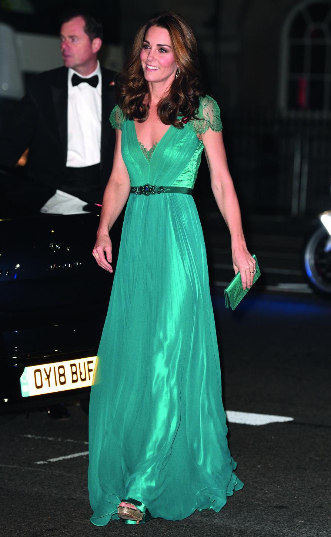 FLOTT FIGUR: Hertuginnen er et slående syn i denne vakre, grønne kjolen.