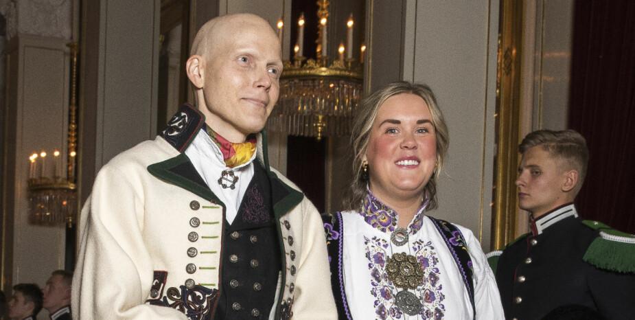 <b>HEIA TELEMARK:</b> Bjørn Einar Romøren og kona Martine Rensås Romøren stilte i bunad og stakk fra Telemark på Slottet. Romøren fikk fri fra strålebehandling i Tyskland for å være til stede.