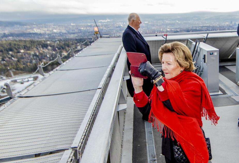 <b>IVRIG FOTOGRAF:</b> Dronning Sonja benyttet sjansen til å ta bilder fra toppen av Holmenkollen.