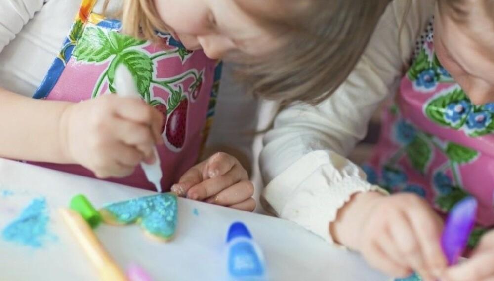 JULEVERKSTED FOR BARN: Her får du ideer til juleverksted til små og store barn. Julegavene og julepynten kan lages hjemme eller i barnehagen