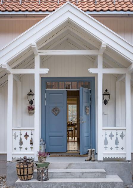 Det er mange nydelige bislag til sveitserhus, men paret faltfor dette med nydelige utskjæringer. Christine syns det passerfint med en sterk farge på døra når alt det andre er hvitt.
