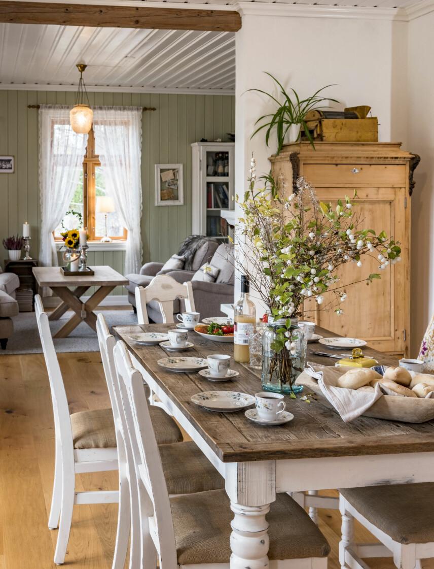 Idag har Christine dekket et deilig lunsjbord med mye godt fra den lokale delikatessebutikken Villfisken i Hallingby.Til spesielle anledninger handlerfamilien inn råvarer derfra. Christineer så glad i den rustikke bordplatenog syns den er finest uten duk.