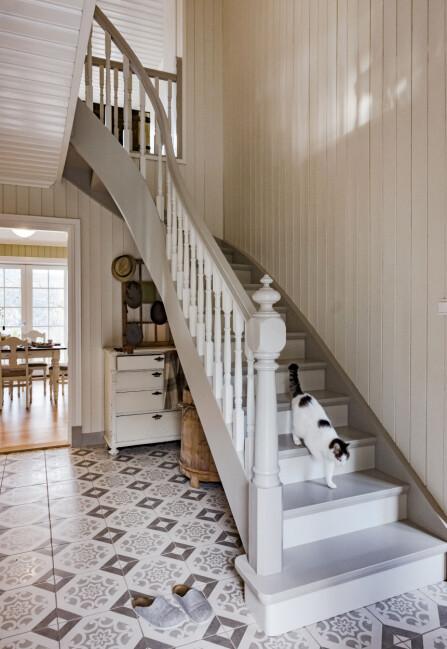 Trappa er faktisk satt sammen av deler fra en gammel trapp, og så harparet malt den i fargene kalkgrå og kalk. Flisene er fra Flisekompaniet.