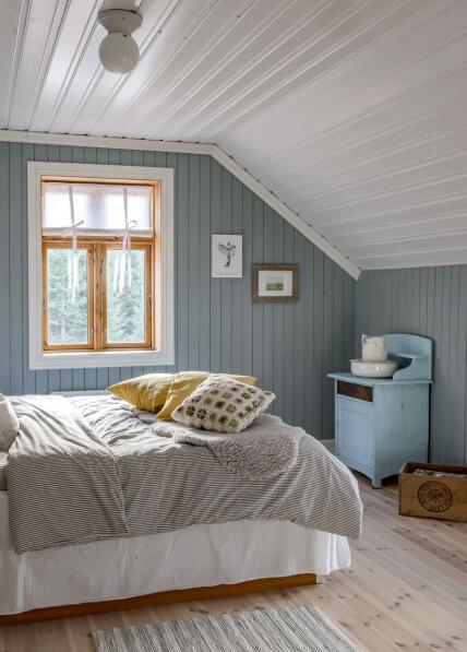 Her oppe under skråtaket har Christine og Robert soverom. Utenfor soverommene har de en stor loftstue, som nok blir meget populær når barna blir litt eldre.