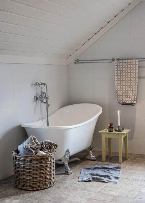 Badekar med løveføtter er det mange som velger til den landlige stilen. Christine syns det er veldig praktisk at man enkelt kan vaske under dem, og at de ikke tar så stor plass i rommet.