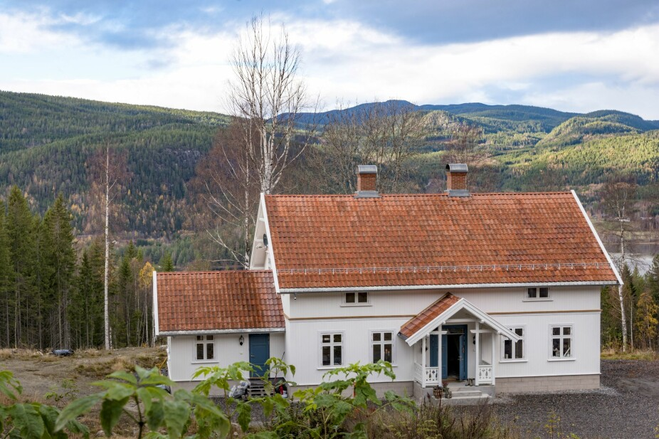 ENDELIG FERDIG: familien stortrives i det nybygde huset på gården.