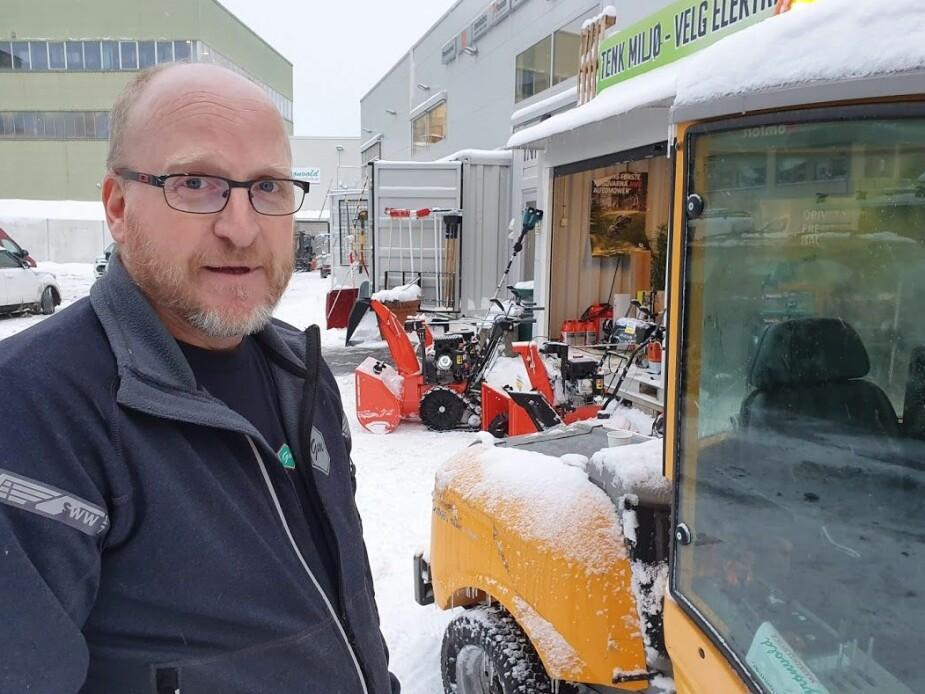 MERKER STOR PÅGANG: Birger Hagen, mekaniker og snøfreser-ekspert hos Grønvold maskinservice i Oslo.
