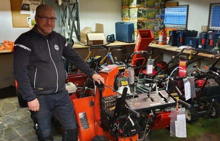 SERVICE: Hagen viser frem en kraftig Ariens-maskin som har fått ny service før vinteren.