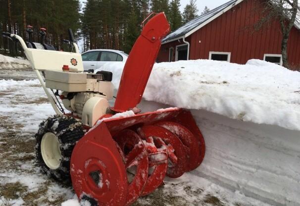 GAMMEL OG GOD: Atle Tjønnås freser gården i Telemark med denne kraftige Ariens-freseren fra 1974. 45 år gammel duger den like godt i dag.