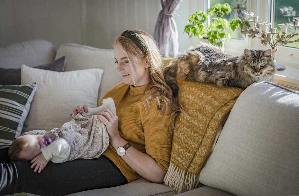 TID SAMMEN: Katrine og lille Sofie tar livet helt med ro. Når Sofie sover prøver Katrine å få oppdatert seg på sosiale medier, ryddet i huset, eller bare tatt seg en lur selv.