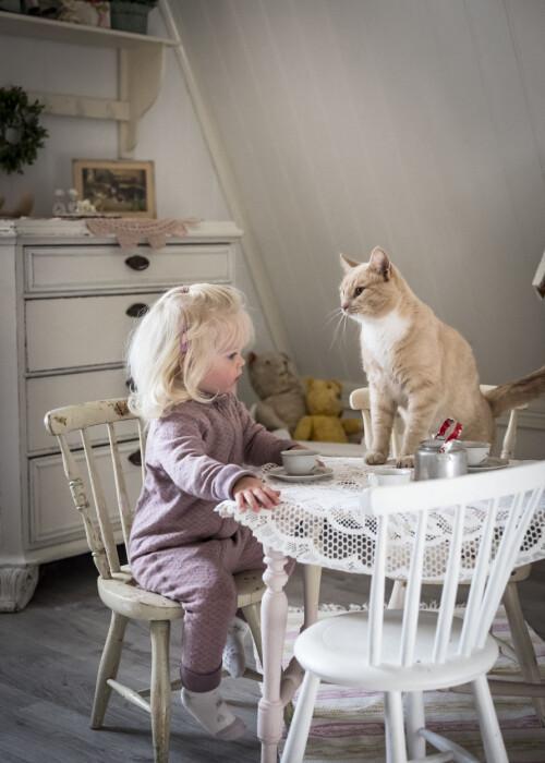 ASTRID OG PUS: De er bestevenner, som deler det meste. Idag serverer Astrid kaffe i små kopper og pus venter tålmodig på servering.