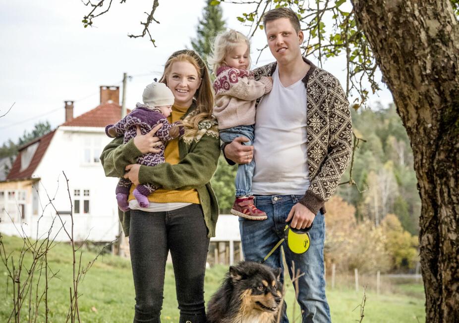 LEVER UT DRØMMEN: Katrine og Håkon falt både for hverandre og for småbruket Myra. På fem år har paret fått gjort mye med det vesle bruket, og har også rukket å bli foreldre til Astrid Linnea (3) og lille Sofie (1).
