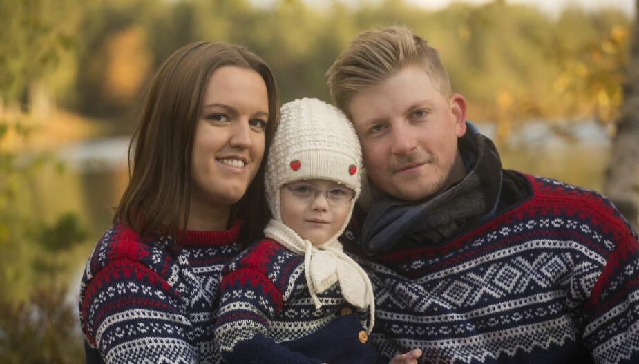TAKKNEMLIGE: Mamma Karoline og pappa Christoffer gleder seg over å ha blitt foreldre til Ine, som nå har blitt 3 år.