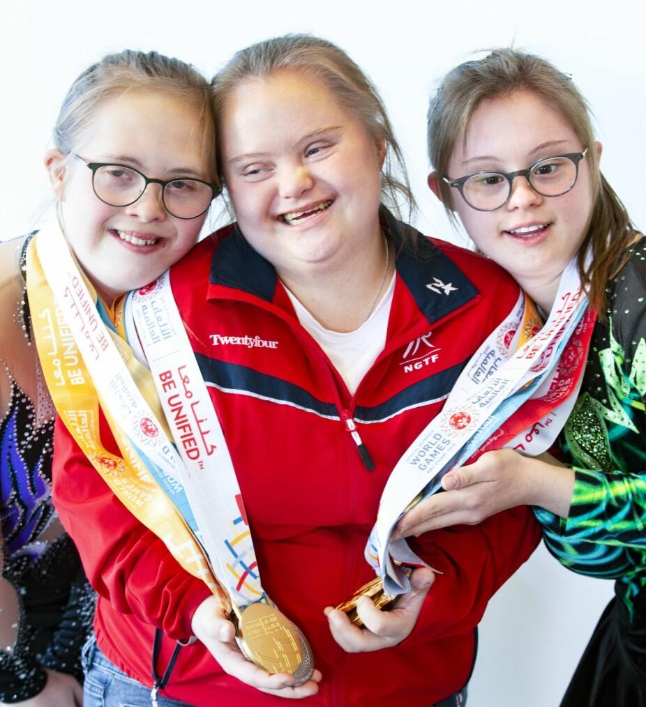 Gulltrio: Trener Katelyn Garbin i midten av årets gullvinnere fra årets Special Olympics i Abu Dhabi. F.v: Emilie Zieler Søiland (18) og Maren Iversen (18.