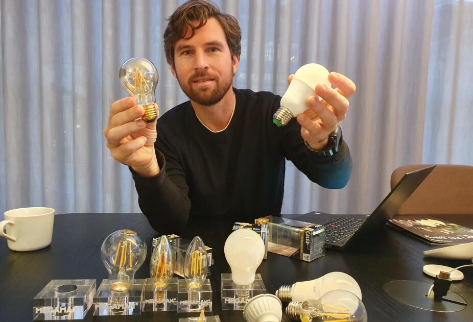 LYS-EKSPERT: Lys-ekspert Kenneth Fossum viser frem det siste innenfor LED-pærer. Nå kommer smart-pærene for fullt, forteller han.