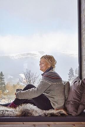 DRØMMESTEDET: Det er lett for Line Yvonne å drømme seg bort når hun sitter i vindusposten med utsikt over dalen. Kofta er strikket av hennes tante Vigdis.