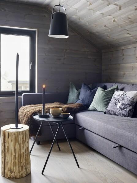 FLERBRUKSROM: Ett av soverommene fungerer også som en loftsstue for barna. Sovesofaen er fra Ikea. Lampe fra Ellos.