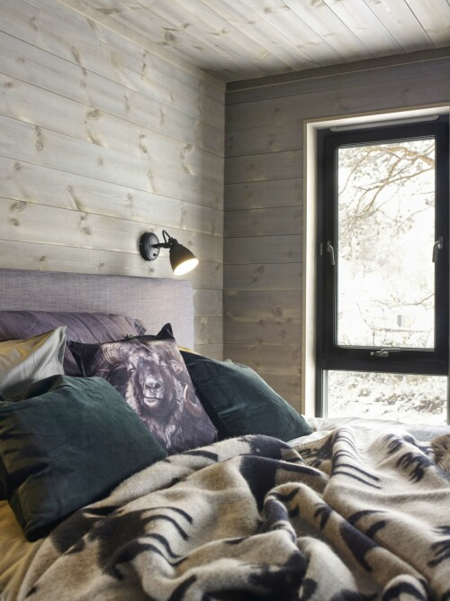 SENG MED UTSIKT: Fra sengen i hovedsoverommet er det bare <br>å nyte sikten ut i naturen.